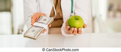 closeup, képben látható, orvosi doktor, woman hatalom, alma, és, pénz, konzervál, alatt