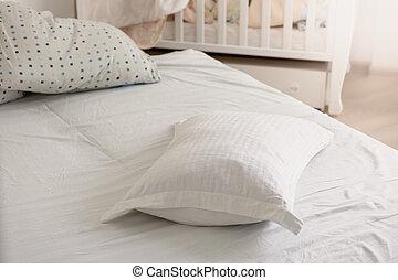 closeup, közül, fehér, vánkos, képben látható, rendetlen, ágy, -ban, napos nap