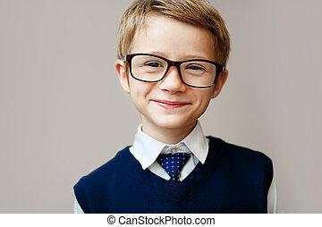 closeup, közül, kicsi fiú, alatt, izbogis, uniform., boldog, iskolásfiú, mosolygós, és, külső at, fényképezőgép.