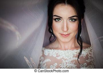 closeup, lövés, közül, egy, finom, barna nő, menyasszony, alatt, szüret, white ruha, feltevő, alatt, függöny, closeup