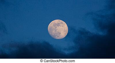 closeup, lune, nuages, ciel sombre, bleu, brumeux, incandescent, entiers