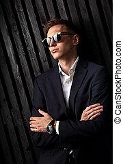 closeup, lunettes, studio, business, bois, bras pliés, montres, main, arrière-plan., mode, poser, complet, branché, portrait, homme, noir