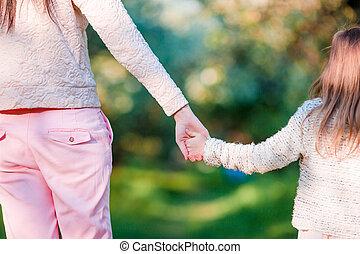 closeup, mãos, de, jovem, mãe, e, menininha