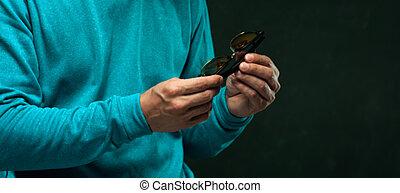 closeup, mann, besitz, stilvoll, brille, in, hände