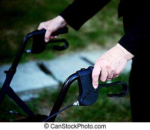 closeup, midsection, de, a, femme aînée, utilisation, cadre promenade