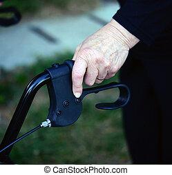 closeup, midsection, közül, egy, senior woman, használ, jár keret