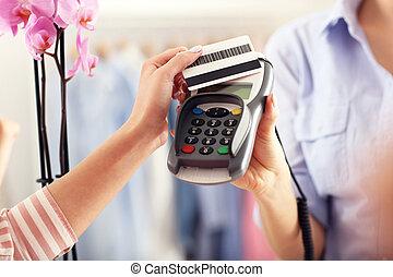 closeup, mittlerer abschnitt, von, weibliche , kunde, lohnend, in, laden, mit, kreditkarte