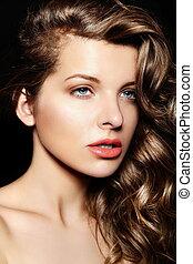 closeup, mode, sexy, élégant, caucasien, beau, brunette, maquillage, modèle, portrait, studio, healty, yeux clairs, fascination, jeune, bouclé, grand, femme, cheveux, bleu, élevé, lèvres, look.