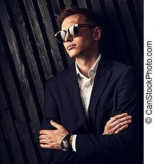 closeup, modifié tonalité, lunettes, studio, business, bois, vendange, bras pliés, montres, main, arrière-plan., mode, poser, complet, branché, portrait, homme, noir