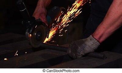 closeup, mouche, sparks., électrique, fonctionnement, étincelles, fin, ouvrier, broyeur, haut, outillage, picture., mains, vrai, situation, scie, homme