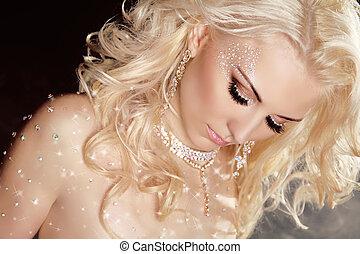 closeup, od, blond, sexy, dziewczyna, wzór, w, twinkled, kryształy, na, skóra, z, kędzierzawy włos, i, makeup., jewelry., brilliants., dzwonek