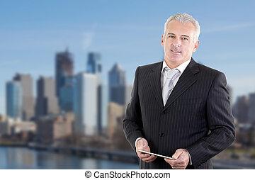closeup, od, szczęśliwy, dojrzały, biznesmen, uśmiechanie się, na wolnym powietrzu