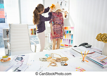 closeup, op, accessoires, op, tafel, en mode, ontwerper, versiering, kledingstuk, in, achtergrond