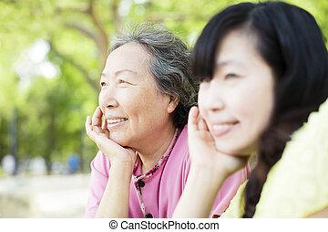 closeup, personne agee, heureux, fille, mère
