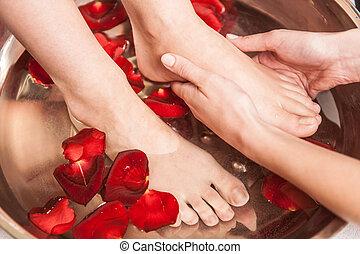 closeup, photo, de, femme, pieds, à, spa, salon, sur, pédicure, procedure., femme, jambes, dans, eau, décoration, fleurs, et, obtenant massage