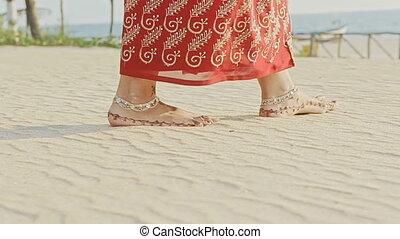 closeup, plage, girl, pieds, promenades, sable blanc, long, pieds nue