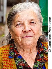 closeup, porträt, von, eins, zufriedene , ältere frau