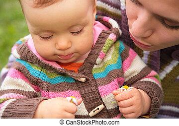 closeup, portré, közül, anya csecsemő
