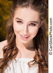 closeup, portrait, de, sourire, brunette, girl, à, peau parfaite, et, nue, maquillage, poser, à, les, rue