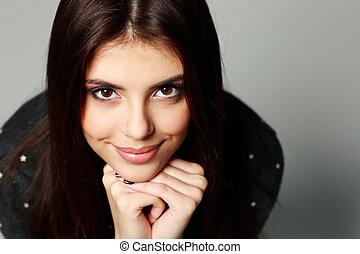 closeup, portret, od, niejaki, młody, szczęśliwa kobieta, na, szare tło