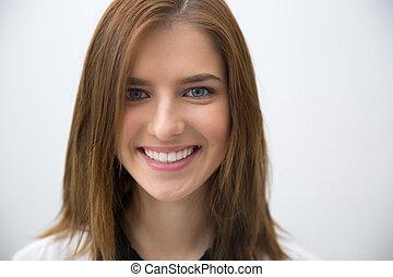 closeup, portret, od, niejaki, młody, uśmiechnięta kobieta, na, szare tło