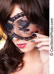 closeup, portret, od, pociągający, młody, brunetka, dziewczyna, z, długi, ciemny, kółeczka, i, czysta sztuka, manicure, chodząc, koronkowy, maska, na, jej, oczy