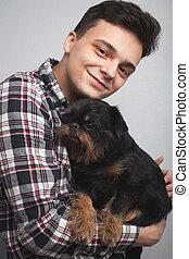 closeup, retrato, bonito, jovem, hipster, homem, beijando, seu, bom amigo, cachorro preto, isolado, luz, experiência., positivo, human, emoções, expressão facial, sentimentos
