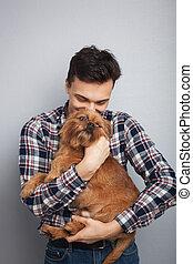 closeup, retrato, bonito, jovem, hipster, homem, beijando, seu, bom amigo, cachorro vermelho, isolado, luz, experiência., positivo, human, emoções, expressão facial, sentimentos