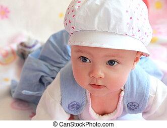 closeup, retrato, de, adorável, menina bebê, em, boné, com, olhos azuis