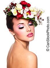 closeup, retrato, de, bonito, excitado, morena, caucasiano, mulher jovem, modelo, com, glamour, lábios, makeup., com, flores coloridas, ligado, cabeça