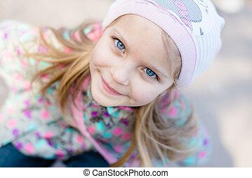 closeup, retrato, de, cute, menina bonita, com, olhos azuis, sorrir feliz, &, olhando câmera, em, knitwear