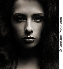 closeup, retrato, de, mulher bonita, cara, escuro, sombras, fundo