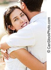 closeup, retrato, de, um, bonito, par abraçando