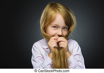 closeup, retrato, tímido, menina, isolado, cinzento, fundo
