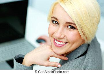 closeup, ritratto, di, uno, giovane, sorridente, donna d'affari, in, ufficio