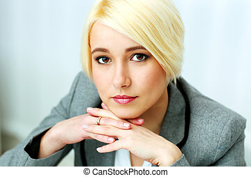 closeup, ritratto, di, uno, pensieroso, donna d'affari, in, ufficio