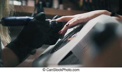 closeup, schoonheidspecialist, in, black , handschoenen, verwijdert, lacque, van, female's, spijker, in, een, spijker, salon., professioneel, manicure, in, knapheid salon