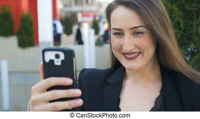 closeup, smartphone, bavarder, jeune femme, vidéo, utilisation, appeler, ami