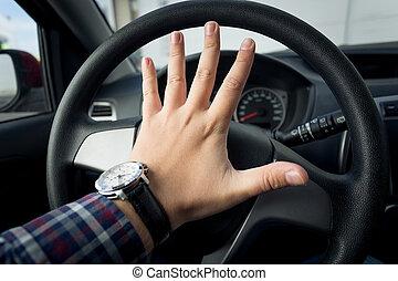 closeup, tiro, de, zangado, motorista, buzinando, em, tráfego