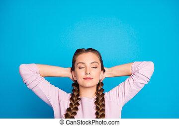 closeup, tresses, usure, pensées, profond, derrière, tête, bleu, tenue, isolé, fond, photo, fermé, long, yeux, mains, dame, joli, pull-over, rose, couleur, désinvolte