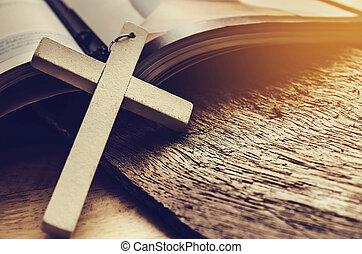 closeup, van, eenvoudig, houten, christen, kruis, halssnoer, op, bijbel, ouderwetse , toon, god