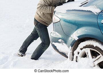 closeup, van, man, voortvarend, auto, stuck, in, sneeuw