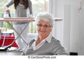 closeup, van, oudere vrouw, met, thuis, helpen
