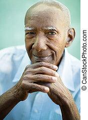 closeup, van, vrolijke , oud, zwarte man, het glimlachen, aan fototoestel