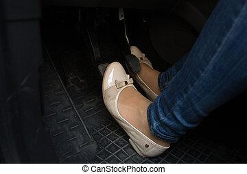 closeup, van, vrouwlijk, bestuurder, voetjes, op, auto,...