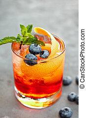 closeup, vetro, di, ghiacciato, bacca, soda, con, frutta, sciroppo, superato, con, affettato, arancia fresca, e, mirtillo, su, tavola, estate, cocktail