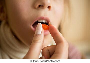 closeup, von, kleines mädchen, nehmen medizin, in, pille