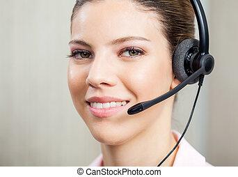 closeup, von, servicefachkraft, agent, tragender kopfhörer
