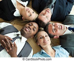 closse-up, di, persone affari, dire bugie, cerchio, pavimento