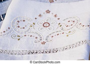 cloth., handgearbeitet, geschnitzt, bestickt